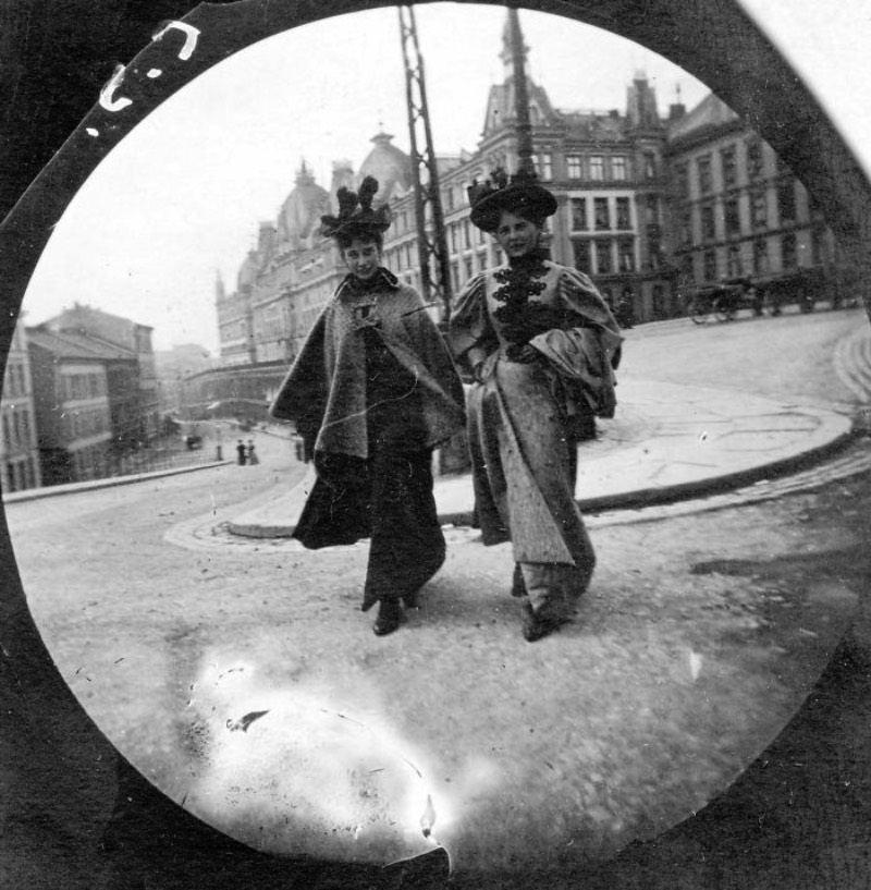 Carl Størmer nasceu em 1872 e, quando tinha seus 19 anos, seu hobby era bem peculiar para a época. Ele costumava andar pela Oslo de 1890 com uma câmera escondida na sua jaqueta e fotografava tudo que estava vendo de forma secreta. Foi assim que ele acabou retratando as pessoas que andavam pelas ruas da capital da Noruega de um jeito quase espontâneo, algo completamente diferente do estilo fotográfico que pode ser observado na época.
