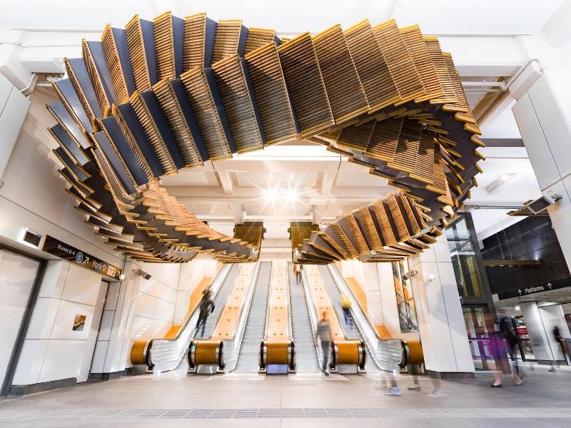 Quando prédios antigos são demolidos, um grande número de materiais acaba sendo jogado fora. Alguns desses materiais, aquele com um visual mais ornamental, acabam sendo preservados de alguma forma. Mas o que fazer com aqueles materiais e objetos que acabam sendo mais funcionais? Foi pensando nisso que o artista australiano Chris Fox criou o Interloop.