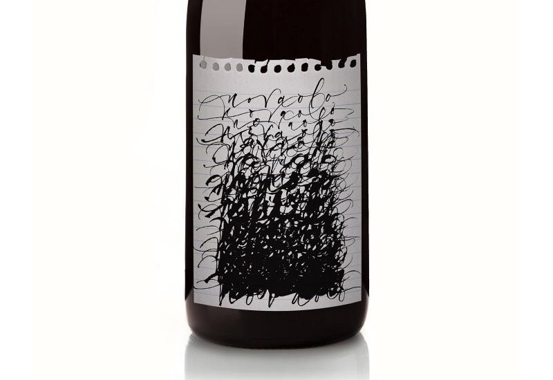 Novaolo é o nome de uma pequena safra de vinhos produzidos com as melhores uvas Pinot Noir que a Costa de Sonoma consegue produzir. Ou seja, um dos possíveis grandes vinhos dos Estados Unidos. Mas o que me chamou a atenção aqui não foi o vinho, já que não sou dos maiores conhecedores e fãs dessa bebida. O que capturou meu olhar aqui foi o estilo único da embalagem dessa marca. Algo que não é muito comum quando se trata de vinhos.