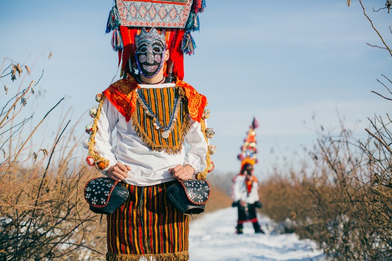 Quando o fotógrafo Aron Klein foi trabalhar em um festival de música nas Montanhas Rhodope, entre a Grécia e a Bulgária, ele não esperava que fosse se apaixonar pelo folclore local. Mas foi isso que acabou acontecendo enquanto ele percorria os pequenos vilarejos deste canto da Europa que muitas pessoas nem sabem que existe. Foi lá que ele se deparou com o Kukeri e você pode ver algumas de suas fotos logo abaixo.