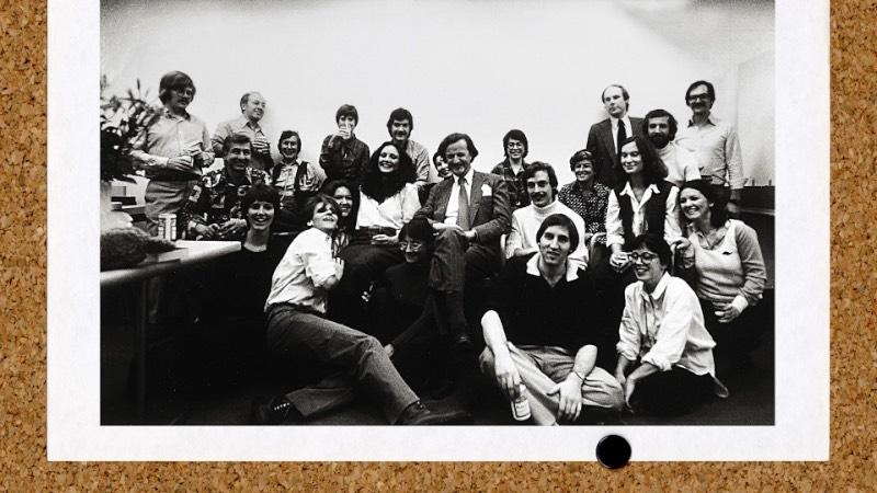 O vídeo que você pode ver logo abaixo foi dirigido por Dan Covert, um artista e diretor de filmes, para o Dress Code. No filme você pode ver um pouco dos sessentas anos de história e muitos logos de sucesso da dupla Tom Geismar e Ivan Chermayeff, que morreu em dezembro de 2017. Essa dupla dinâmica esteve a frente do escritório de branding Chermayeff & Geismar & Haviv que foi responsável por alguns dos logos mais icônicos da história como o canal de tv NBC, o banco Chase Manhattan, a National Geographic, a agência Grey, Mobil e muitos e muitos outros.