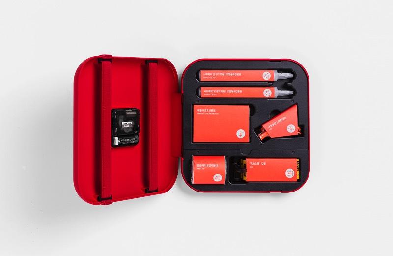 Life Clock é mais do que um kit de emergências, ele também é um relógio mas isso já está bem óbvio no seu nome. Dentro do relógio você vai encontrar uma série de produtos que podem te ajudar no caso de emergências. Lá você vai encontrar um apito e um banner de SOS para auxiliar no seu resgate, além de um condensador para iniciar uma fogueira até um lençol térmico para te proteger do frio. O kit não pode ser dos mais completos mas pode ajudar muito bem.