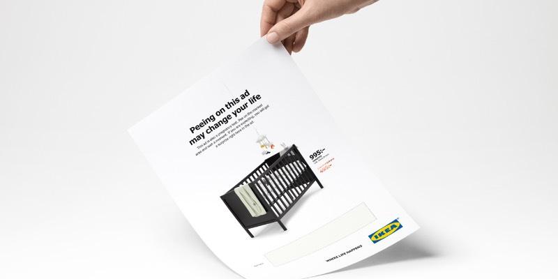 """""""Urinar nesse anúncio pode mudar sua vida"""". Essa é a promessa que a IKEA fez na sua mais nova campanha publicitária na Suécia. Criança da agência de publicidade Åkestam Holst em colaboração com o pessoal da Mercene Labs que desenvolveu a tecnologia por trás desse teste de gravidez."""