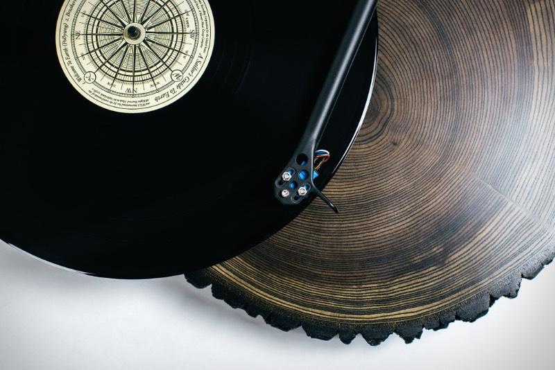 A madeira pode ser vista de forma similar aos discos de vinil. Afinal, o som do vinil é propagado quando uma agulha passa por cima dos seus relevos. A mesma coisa pode acontecer com a madeira e acho que alguém mais viu as semelhanças entre esses dois elementos já que o Audiowood resolveu usar de madeira para criar vitrolas que mais parecem obras de arte. E que já entraram no meu wishlist pessoal.