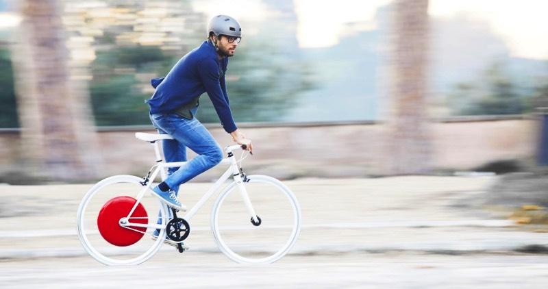 A Copenhagen Wheel é uma roda de bicicleta que vem com um objeto vermelho no centro dela. Lá dentro, você encontra um motor, uma bateria e alguns sensores que capturam a forma com a qual você pedala, incluindo ai a velocidade, o torque e sua cadência. É ai que a magia acontece.