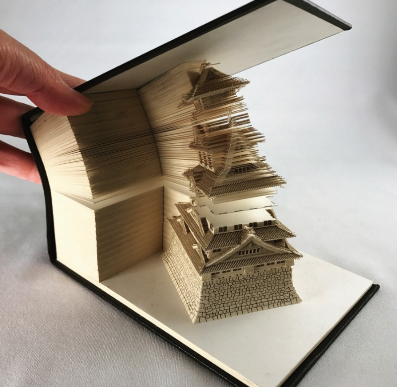Ninguém faz objetos de papelaria como os japoneses e, claro que, eles tiveram uma ideia para revolucionar a forma com a qual usamos em um bloco de notas. Conhecido como Omoshiro Block, que pode ser traduzido de forma simples como bloco divertido, usa de cortes feitos a laser para criar o que, no primeiro olhar, parece apenas mais um bloco de papel normal. Mas, quando você vai usando do papel para fazer suas anotações, algo muda. Um objeto começa a aparecer e você precisa usar um pouco mais de papel para terminar a excavação do que será que pode estar escondido por ali.