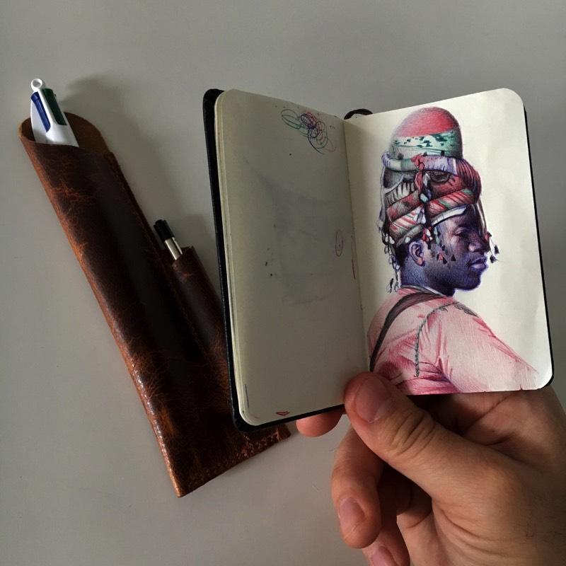 O que mais me chamou a atenção nas ilustrações de Nicolas V. Sanchez é como que ele consegue criar texturas usando das poucas cores de uma caneta esferográfica. Ele parece fazer isso utilizando de linhas que se repetem e quase se misturam. Mas eu devo estar errado. Só pode. Se você der uma olhada nas imagens abaixo e descobrir como que ele faz isso, deixe seu comentário logo abaixo.