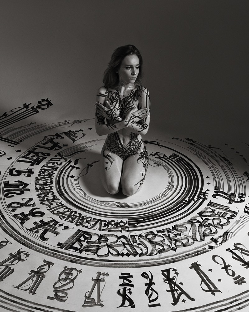 Pokras Lampas acredita que a arte da caligrafia revela a beleza do corpo feminino. Em Calligraphy on Girls, o principal objetivo é evitar perspectivas e quadros vulgares, porque o objetivo do projeto é inspirar, mostrar a fusão da arte e do corpo, a harmonia do preto e branco, o rímel preto e a pele delicada.