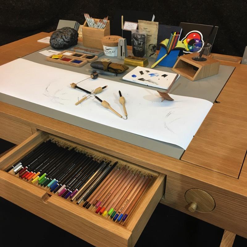 Se você gosta de trabalhar de forma analógica, como eu costumo fazer no meu tempo livre, você vai acabar acumulando alguns utensílios como lápis, canetas, réguas, pincéis e muito mais. Foi pensando em como organizar isso tudo que os portugueses da Viarco acabaram criando uma mesa de desenho. Porém, baseado no que eu vi em algumas fotos, a Risko é muito mais do que uma mesa de desenho!