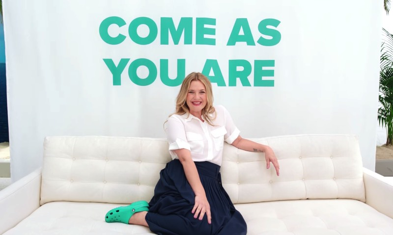 Todo mundo conhece a carreira da atriz Drew Barrymore mas não é muita gente que conhece as habilidades de dança e canto dela. E, parece que é por isso mesmo que ela resolveu aceitar a ideia de dançar e cantar em um musical da Crocs. Sim, você leu isso certo. A Drew Barrymore está cantando e dançando em um musical da Crocs e você pode ver tudo logo abaixo.