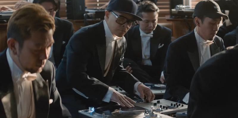 Para celebrar o Record Day japonês, um coletivo de cerca de 30 DJs do mundo foram posicionados em um estúdio para gravar como a primeira orquestra de vitrolas. Sim, você leu isso certo e no vídeo abaixo você pode ver e escutar como que uma orquestra de toca discos pode funcionar no mundo real.