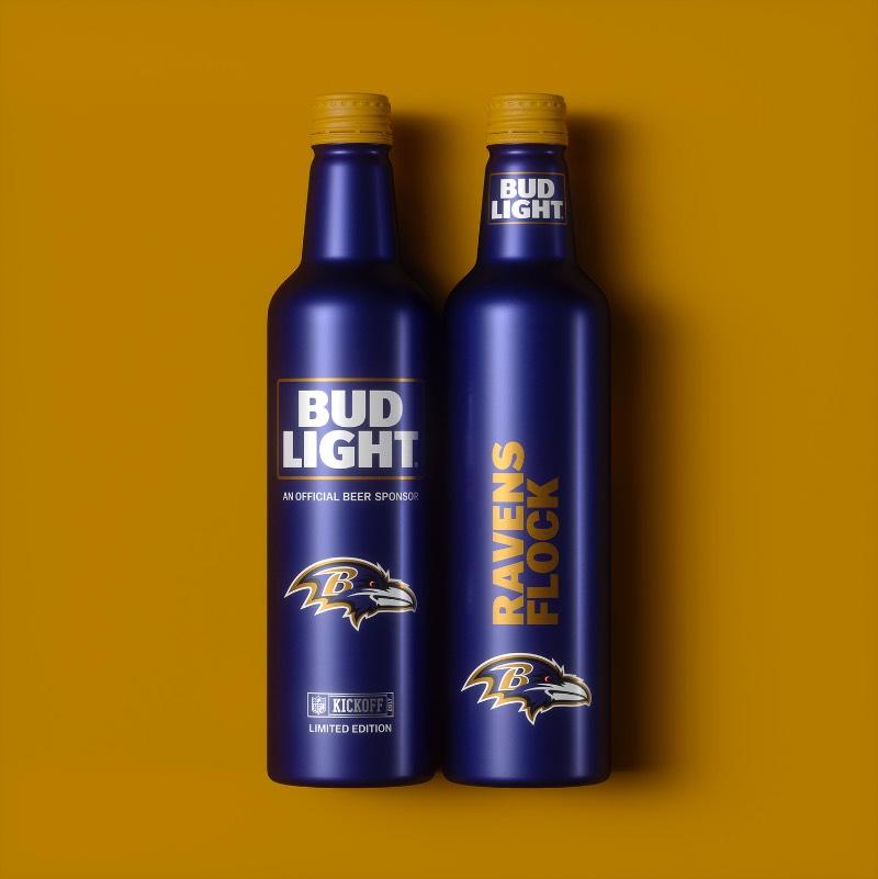 Se você é fã de NFL e de futebol americano, esse projeto de garrafas de cerveja pode ter sido feito para você. Essas garrafas especiais da Bud Light são criação de Jones Knowles Ritchie para a temporada de 2017 da NFL e acabam servindo para fãs mostrarem seu amor por um time ao mesmo tempo que eles se divertem tomando uma cerveja. Se é que a Bud Light pode ser considerada uma cerveja.