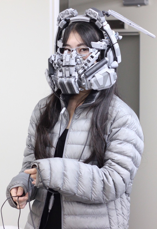 Quando me deparei com as criações da artista japonesa Hiroto Ikeuchi, fiquei pensando se tudo não passava de esculturas feitas de pedaços de plástico, placas de circuito e muito fios elétricos. Mas as máscaras criadas por ela tem um visual visual cyberpunk e ainda são funcionais. É sério, tudo que você pode ver logo abaixo funciona de um jeito bem especial.