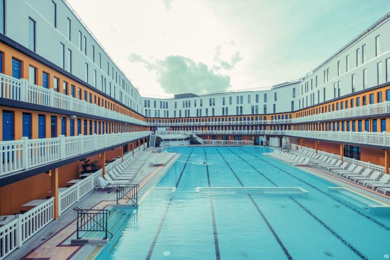 Piscine Molitor abriu ao mundo em 1929 e, durante sessenta anos foi um dos locais mais populares de Paris. Tudo isso por culpa de suas duas piscinas e da atmosfera que o lugar tinha. Isso durou até 1989 quando o local foi fechado e categorizado como um edifício histórico. Foi ai que ele acabou se tornando um centro alternativo da capital francesa sendo que nada fica abandonado em Paris por muito tempo.