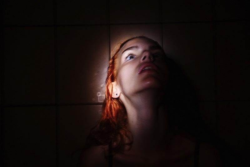 O portfólio de fotografia de Masha Demionova tem um grande foco nas mulheres. Com seus retratos capturando muito da força, sensibilidade e quase um senso de liberdade. Afinal, para ela, é impossível capturar essas mulheres de qualquer outra maneira.