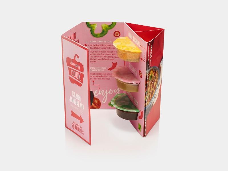 Simply Cook é um serviço de assinatura de comidas que vem com um livro de receitas com um visual cheio de cores e com um uma estética bem interessante. Criação do estúdio B&B em colaboração com Path.