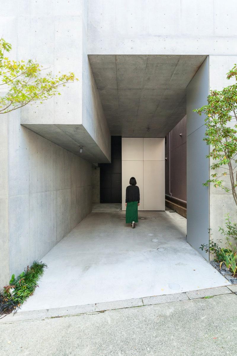 O arquiteto japonês Akihisa Hirata completou um projeto de uma residência de vários andares no distrito de Otsuka em Tóquio. Esse projeto é mais um dos seus trabalhos que misturam arquitetura com inúmeras referências a natureza. Tree-Ness House foi o nome que esse projeto acabou recebendo e você pode entender o motivo desse nome nas imagens que selecionei abaixo.