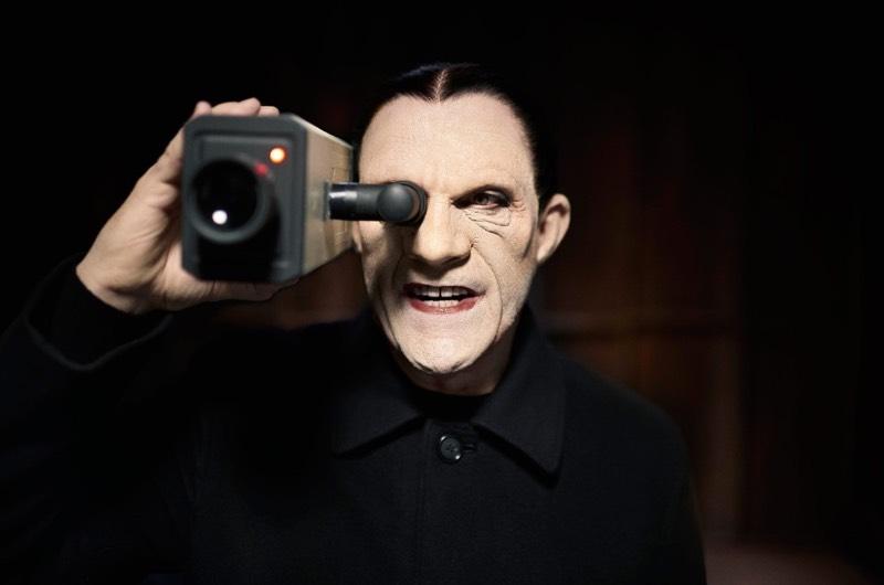 Existe uma série de fotografias chamada Psychogenic Fugue onde John Malkovich posa para seu amigo e colaborador Sandro Miller. Isso só seria interessante para algumas pessoas se não fosse a temática das fotos já que John Malkovich está posando como diferentes personagens do universo de David Lynch.