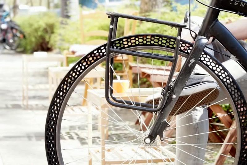 Já li sobre várias coisas que foram produzidas com uma impressora 3D mas eu nunca tinha visto um pneu de bicicleta ser feito dessa forma. Ainda mais quando se trata de um pneu de bicicleta que não precisa de ar e que não fura.