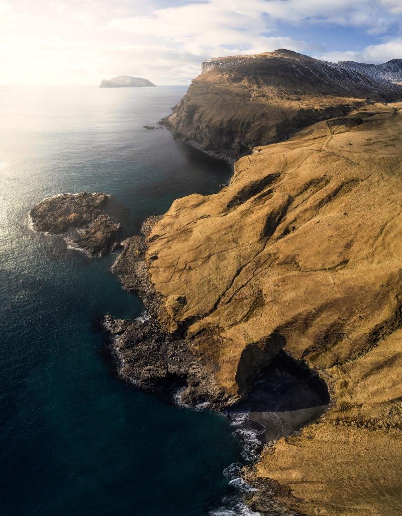 As Ilhas Faroe não são desconhecidas para aqueles que gostam de fotografia de paisagens. Num passado um pouco próximo, as imagens que você vai ver logo abaixo seria inéditas para muita gente mas até o fotógrafo Felix Inden afirma que as ilhas mudaram desde sua primeira visita há alguns anos. Eu mesmo visitei o local há cerca de dois anos e me apaixonei com tudo que vi por lá, por isso mesmo eu tive que publicar essas fotografias por aqui.