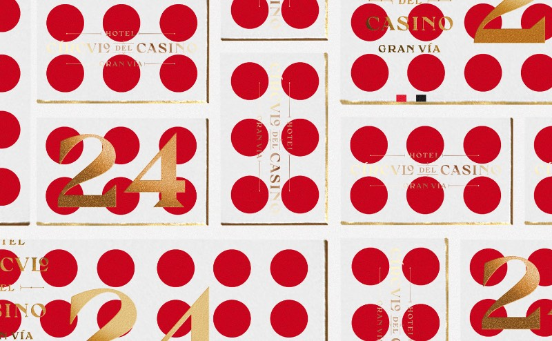 Fiquei surpreso com o uso de formas geométricas que o pessoal da Noho Comunicacion acabou utilizando para a criação da identidade visual do Hotel Circulo del Casino Gran Vía, na capital espanhola. O trabalho de branding que você pode ver aqui foi criado de forma modular, com padrões visuais que lembram alguns elementos do mundo de jogos e de casinos.