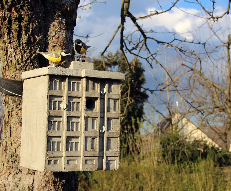 Cuckoo Blocks são a resposta de Guido Zimmerman aos tradicionais relógios de cuco da região da Floresta Negra na Alemanha. Eles apresentam uma visão contemporânea da vida urbana e arquitetura atraente. O formato é diferente e mais contemporâneo, mas a alma, um relógio com um cuco, ainda é antiga e foi isso que me chamou mais a atenção nesse projeto peculiar.