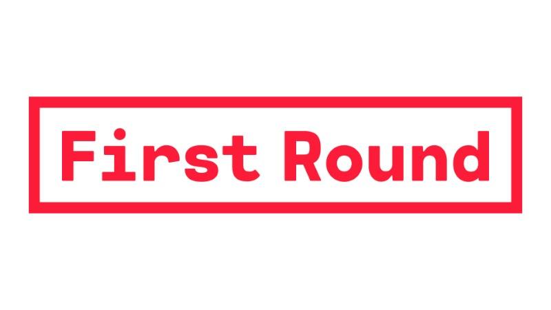 First Round é um evento especial onde designers e diretores de arte apresentam suas idéias iniciais para projetos de identidades visuais, logos e branding. Tudo isso acontece em um evento de um dia em Nova Iorque, organizado pelo pessoal do UnderConsideration. E foram eles que criaram a identidade visual desse evento que você pode ver logo abaixo.