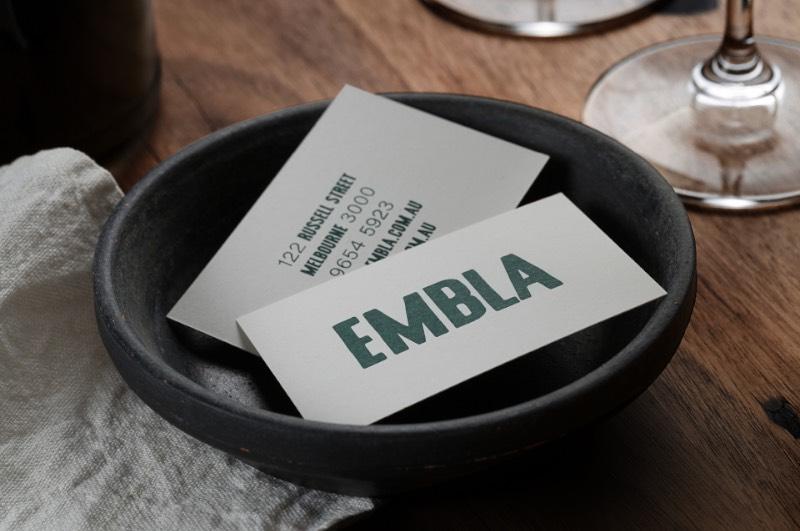 Embla é o nome de um bar de vinhos e restaurante em Melbourne, na Austrália. Seu proprietário, Christian McCabe, resolveu chamar o pessoal da A Friend of Mine para criar a identidade visual e o branding desse seu novo empreendimento. E o trabalho começou com a tipografia.