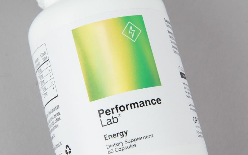 As embalagens da Performance Lab vem com um visual premium, uma estética limpa e uma tipografia otimizada para informar sem firulas desnecessárias. Isso tudo para mostrar que essa linha de suplementos de alta performance é superior a todos seus concorrentes. E, acredito que, pelo menos para mim, essas embalagens iriam me convencer disso quando eu chegasse no seu ponto de venda. Tudo isso em apenas uma olhada.