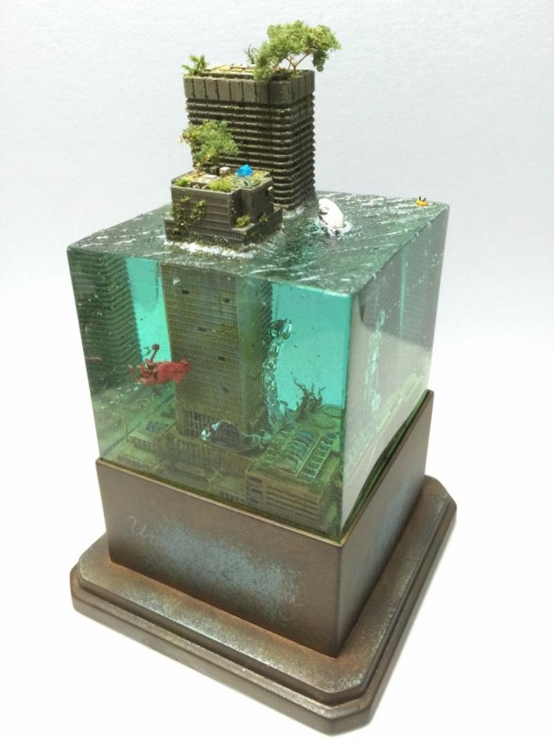 Masaki parece ser o nome do artist japonês que faz as miniaturas de paisagens urbanas submarinas pós apocalípticas. Os dioramas que ele cria lembram cenários que parecem terem sido removidos de filmes como Water World e A.I. - Inteligência Artificial. Pelo menos foram essas as referências que apareceram na minha mente enquanto selecionava imagens do portfólio desse artista.