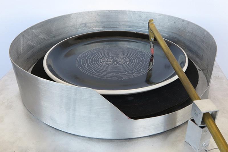 Plate Recorder é uma homenagem digital a uma era analógica que não existe mais. Um tributo que conecta som, imagem e matéria para criar algo físico de um jeito especial. Tudo isso feito utilizando de pratos de cerâmicas que servem como o local perfeito para onde sons serão pintados seguindo as formas de ondas sonoras.