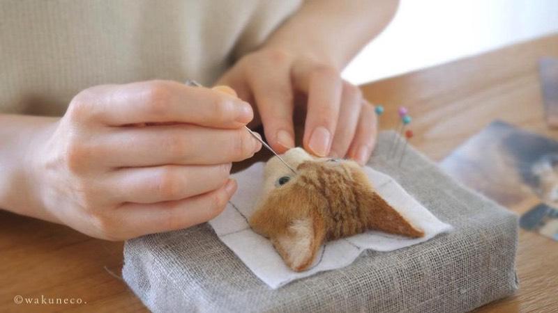 Wakuneco é o nome de uma artista japonesa que usa de uma técnica bem interessante para criar retratos de gatos com feltro. Ela usa de agulhas para moldar o feltro e criar imagens muito realistas de gatos de todos os tipos e formatos. Tudo inspirado por imagens reais de felinos que vem de todas as raças e tamanhos.