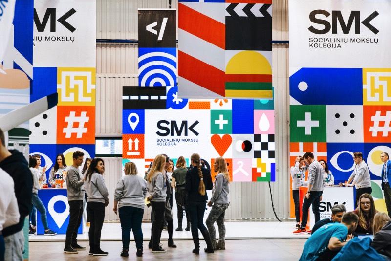 SMK é o nome de uma universidade de ciências sociais aplicadas, localizada em Vilnius, a capital da Lituânia. Essa instituição educacional queria mostrar todo o talento e potencial de seus estudantes e convidou o pessoal do Andstudio para criar uma nova identidade visual que representasse tudo isso, ao mesmo tempo.