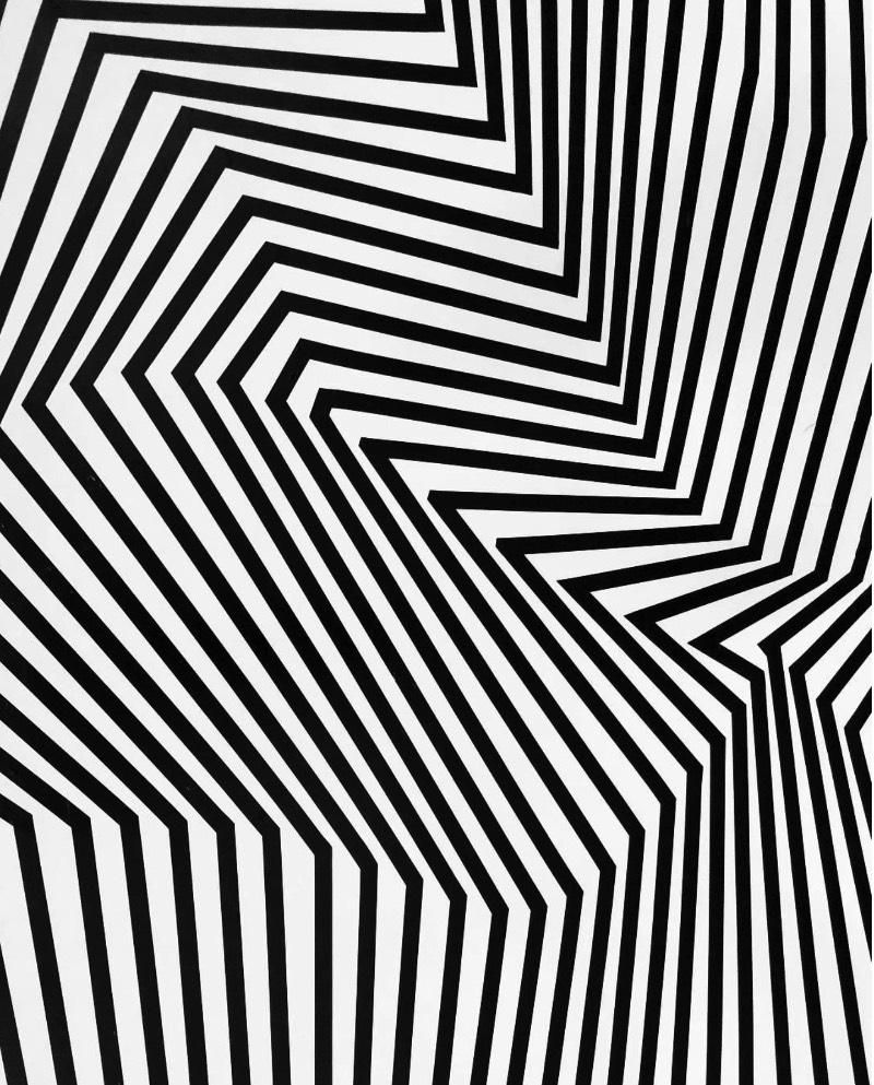 Quando você pisar dentro de alguma das instalações criadas por Darel Carey com metros e mais metros de fitas, você vai perder a noção dos seus sentidos e perder a noção das atuais dimensões de onde você está. As texturas que o artista cria com fitas acabam criando ilusões de ótica que mostram um mundo que parece completamente diferente.