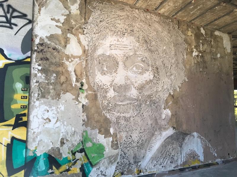 Em setembro de 2018, o artista português conhecido como Vhils, criou o poderoso mural lembrando a vida de Marielle Franco. O mural foi feito em Lisboa, durante o Festival Iminente e como parte da campanha Brave Walls da Anistia Internacional.