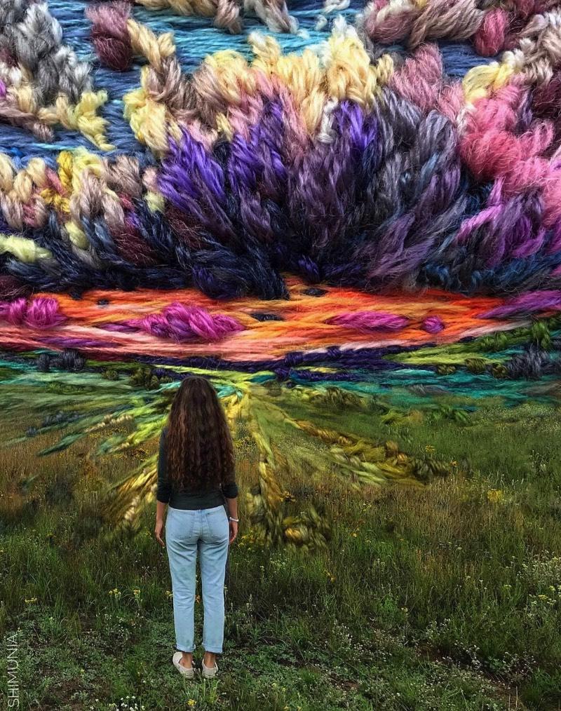 Vera Shimunia é uma artista russa que resolveu substituir os pincéis por agulha e linhas. Uma mestre da arte do borbado, seu trabalho mostra cenas intricadas que capturam cenas onde pôr do sol coloridos aparecem em campos coloridos. Tudo isso com uma variedade de cores fora do comum.