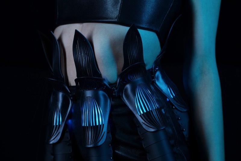 Lina Wassong é uma engenheira baseada em Berlim cujo trabalho de moda é pioneiro em integrar fabricação digital e apetrechos eletrônicos na moda. Seu portfólio é repleto de ótimos exemplos do que ela é capaz de fazer. E isso inclui peças feitas em impressoras 3D, com corte a laser e com computação física.