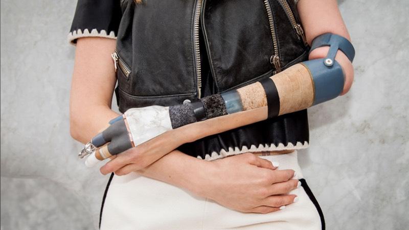 Fundada por Sophie Oliveira Barata, o Projeto de Membros Alternativos permite que pessoas usem suas próteses de membros de um jeito único, uma forma especial de se expressar. Isso porque Sophie Oliveira Barata é uma designer de próteses, criando esses objetos de uma forma surreal que, muitas vezes, parecem até surreais.