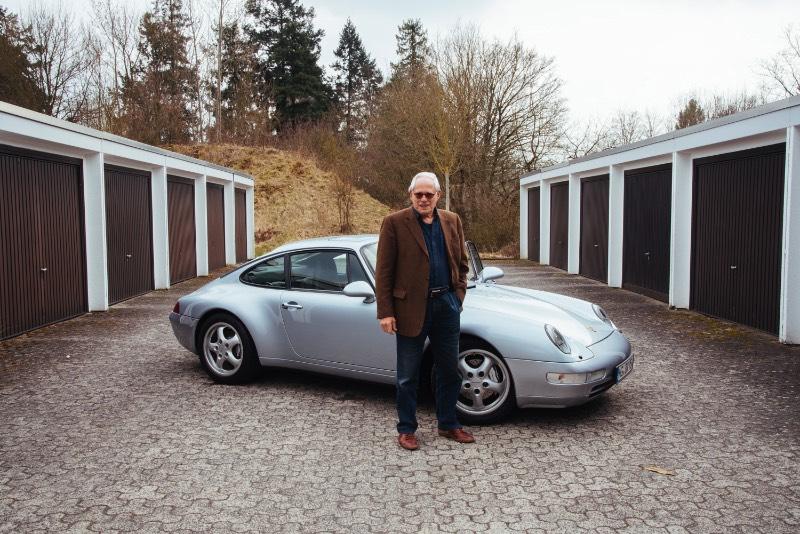 Rams é o nome do documentário dirigido por Gary Hustwit que conta a vida de um dos designers mais influenciais dos dias de hoje: Dieter Rams. E, nesse filme, você acaba aprendendo um pouco sobre seu ponto de vista sobre consumo, sustentabilidade e sobre o futuro do design.