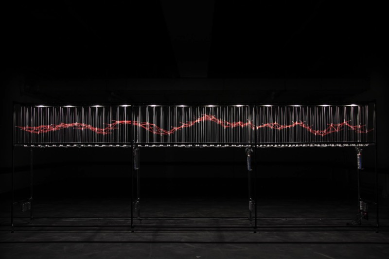 O artista alemão Ralf Baecker trabalha na interseção entre a ciência, a tecnologia e a arte. Suas obras são instalações e máquinas que exploram os mecanismos essenciais do que seriam os efeitos e as ações da tecnologia e as novas mídias. No centro dos objetos criados pelo artista está o emaranhamento do virtual com o real, ou melhor, com o mundo.
