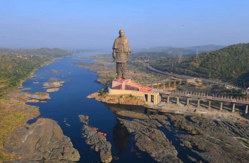 A maior estátua do mundo foi inaugurada recentemente na Índia pelo seu primeiro ministro, Narendra Modi. Conhecida como a Estátua da Unidade, essa construção passiva representa Sardar Vallabhbhai Patel, um político indiano que acabou se tornando o primeiro Primeiro Ministro indiano na Índia.