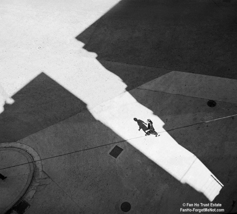 Quando Fan Ho era adolescente, ele pegava emprestado a câmera de seu pai e saia pelas ruas de Hong Kong documentando tudo que ele via. Foi assim que ele começou a produzir seu portfólio de fotografia de rua.