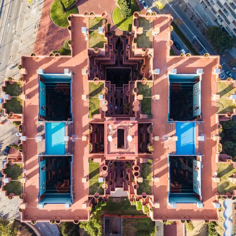 Quando me deparei com as fotografias que Márton Mogyorósy tirou de Barcelona, eu sabia que precisava publicar esse material por aqui. Tudo isso porque essa série de fotos da capital da Catalunha capturam as belezas arquitetônicas da cidade de um jeito especial, diferente.