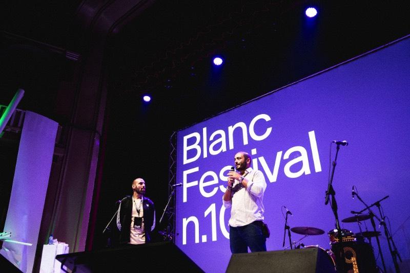 Blanc Festival é um dos eventos de design gráfico mais importantes da Espanha e anda acontecendo anualmente desde 2009. E o sucesso do evento é o resultado de uma combinação de familiaridade com a presença de designers mais do que fenomenais e suas apresentações. Foi assim que o evento se tornou algo essencial para todos criativos na Catalunha e na Espanha.