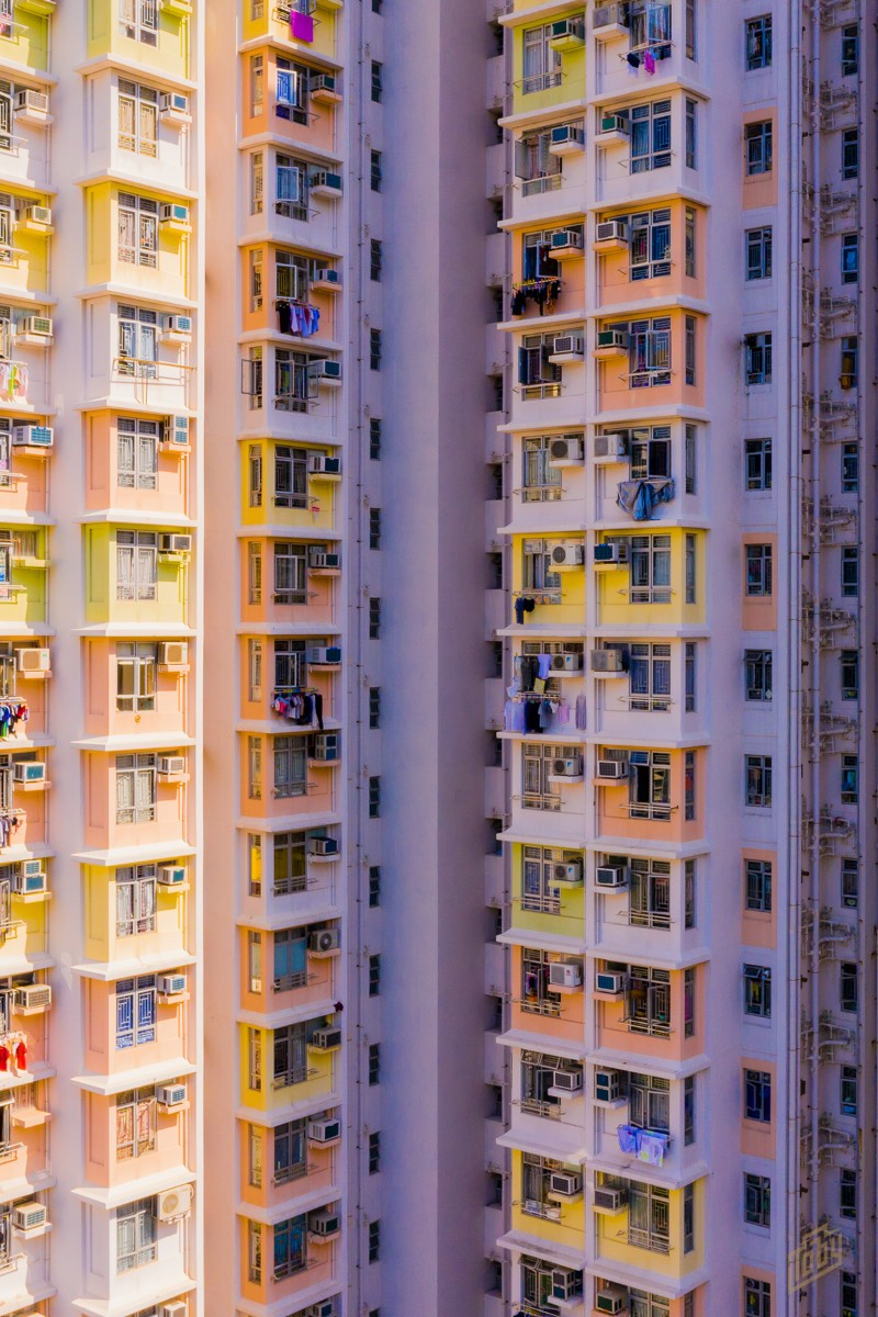 Hong Kong é uma das áreas mais densamente povoadas do mundo. Com uma densidade total de cerca de 6.300 pessoas por quilômetro quadrado e por isso mesmo, os blocos de apartamento de lá são insanos. Torres coloridas que parecem chegar aos céus. Foi isso que Toby Harriman resolveu fotografar durante sua breve estadia em Hong Kong.