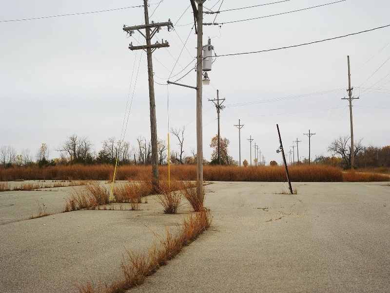 Entre 2017 e 2017, o fotógrafo Josef Hoflehner documentou o mundo que existe fora das grandes cidades americanas em Roadside America. Aquela zona periférica, antes da cidade acabar, é aqui que o fotógrafo encontra carros abandonados, caminhos cobertos de neve e placas que apontam para lugar algum.