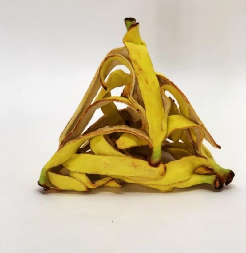 Koji Kasatani segue a tradição criativa daqueles que usam de muita técnica para criar obras que parecem de mentira. O artista japonês desafia seu conhecimento de cerâmicas e esculturas para recriar objetos como pneus, latas amassadas e caixas de papel. Tudo isso feito de cerâmica.