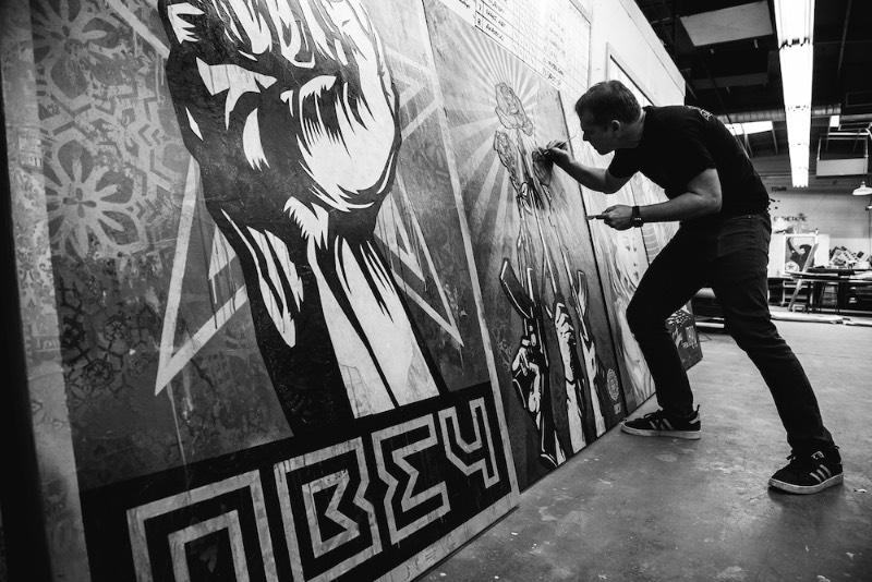 Facing the Giant é o nome do documentário que apresenta a carreira artística de Shepard Fairey. No vídeo, você pode ver os inícios punks do artista com seus 19 anos de idade até o momento atual, nos seus quase 50 anos de vida. Durante o documentário, você é apresentado aos muitos lados dele: ativista, punk, pai, marido e tudo que isso representa de forma literal e metafórica.
