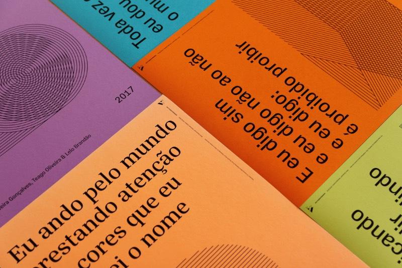 Tipoversos é uma série de cartazes que apresentam trechos de músicas brasileiras, acompanhadas de ilustrações abstratas em linhas. Produzidos entre 2018 e 2019, o material que você pode ver aqui faz parte das 15 canções escolhidas pelo pessoal do Vertentes Coletivo baseado no gosto musical deles. Porém, a escolha não ficou restrita nisso e acabou servindo para dialogar com a realidade atual do Brasil.
