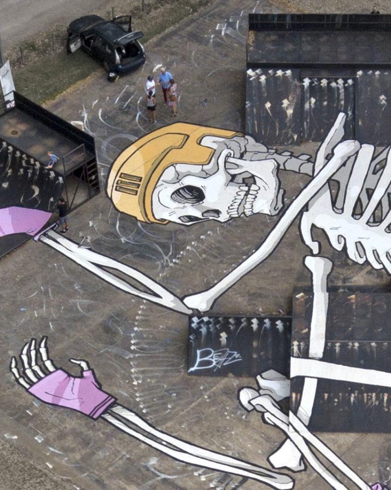 Kitt Bennett é um artista australiano baseado em Melbourne, especializado em ilustrações e murais. Entre os murais que acabei me deparando no seu portfólio, estão os maiores trabalhos que eu já vi. Foi por isso mesmo que acabei publicando seu trabalho por aqui.